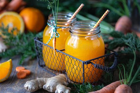 Jus D'orange Et De Carotte Avec Du Gingembre Image stock
