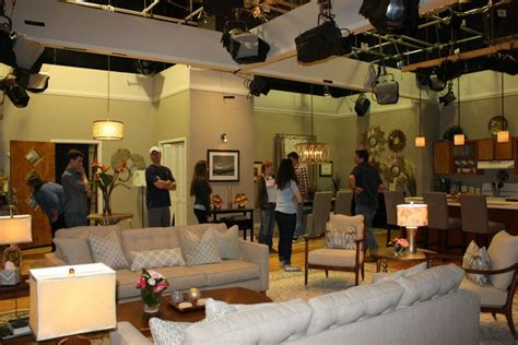 Students Visit Set of TV Show to Learn Scene Design - The