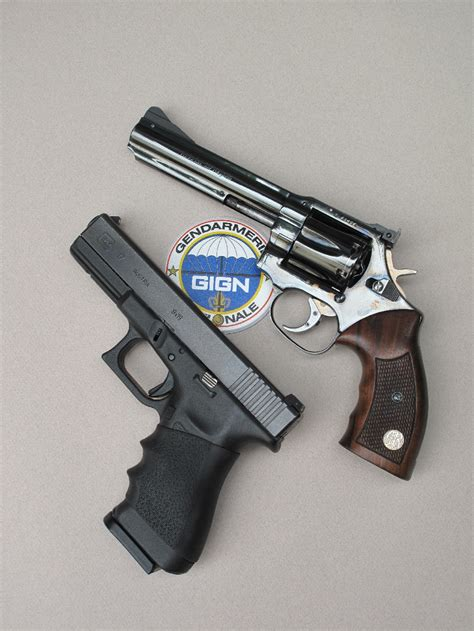 Do any police officers still carry revolvers?